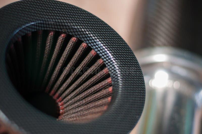 Ciérrese encima de fondo modificado de la falta de definición del coche deportivo del motor del filtro de aire fotos de archivo