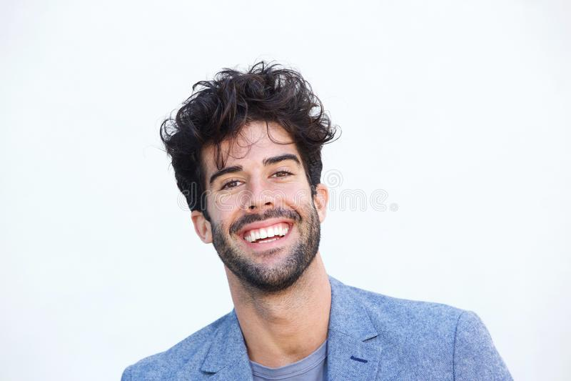 Ciérrese encima de hombre alegre de la indumentaria de oficina informal con la sonrisa de la barba fotografía de archivo
