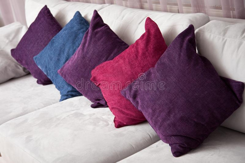 Ciérrese encima de imagen de la almohada colorida decorativa fotos de archivo