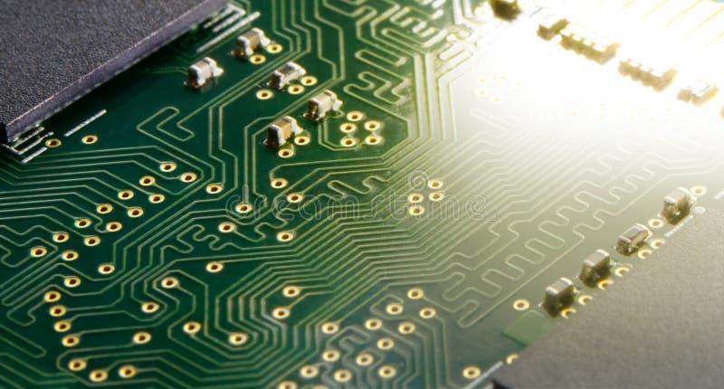 Ciérrese encima de imagen de la placa de circuito electrónica con el procesador en luz brillante Fondo del concepto de la informá fotografía de archivo