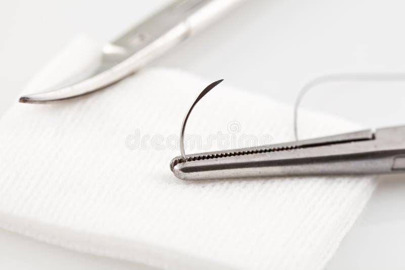 Ciérrese encima de imagen de una sutura quirúrgica con las tijeras fotos de archivo libres de regalías