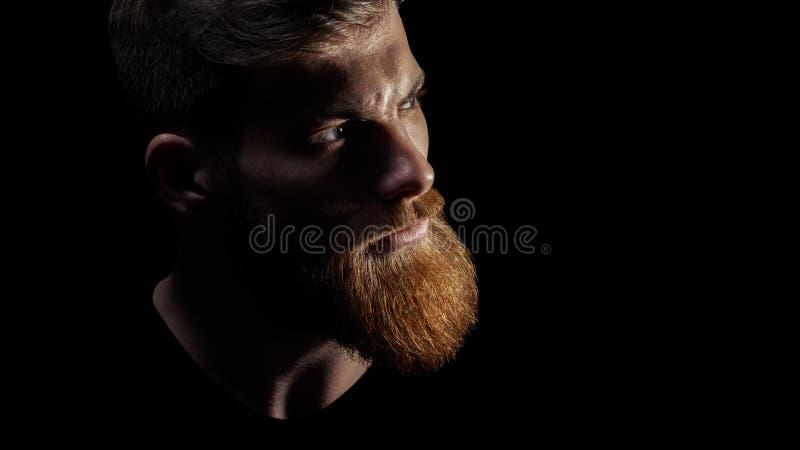 Ciérrese encima de imagen del hombre barbudo brutal serio fotografía de archivo