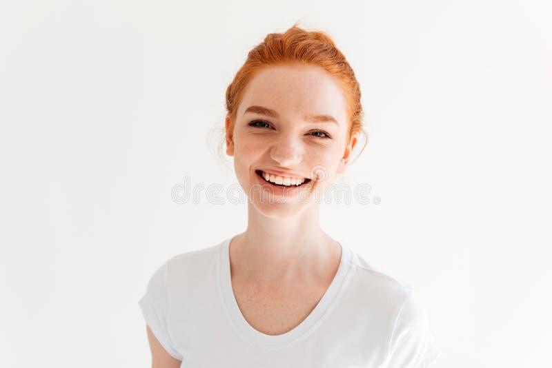 Ciérrese encima de imagen de la mujer feliz del jengibre en camiseta imagen de archivo libre de regalías
