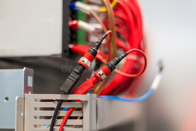 Ciérrese encima de instalaciones y de alambres eléctricos en la protección de la retransmisión foto de archivo