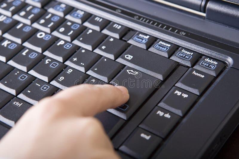 Ciérrese encima de keybo conmovedor del ordenador portátil de la mano de la mujer fotos de archivo