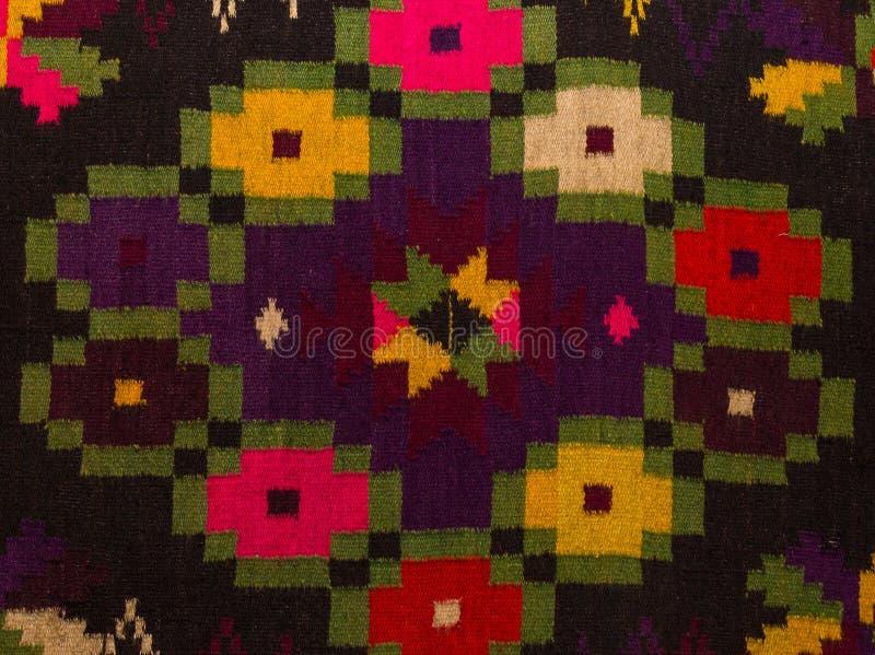 Ciérrese encima de la alfombra rumana tradicional vieja de las lanas con adorno antiguo fotos de archivo