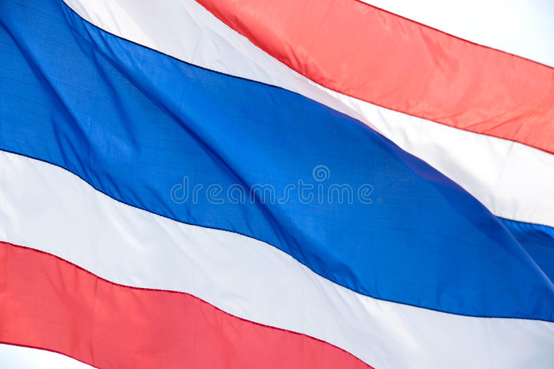 Ciérrese encima de la bandera nacional de Tailandia con la onda blanca y azul roja del vuelo del color imágenes de archivo libres de regalías