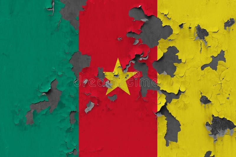 Ciérrese encima de la bandera sucia, dañada y resistida del Camerún en la pared que pela de la pintura para ver superficie interi foto de archivo
