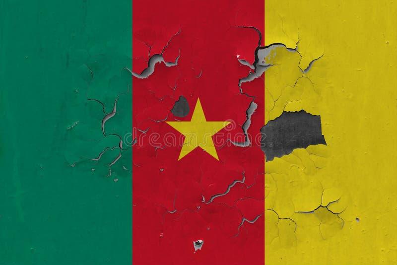 Ciérrese encima de la bandera sucia, dañada y resistida del Camerún en la pared que pela de la pintura para ver superficie interi fotografía de archivo