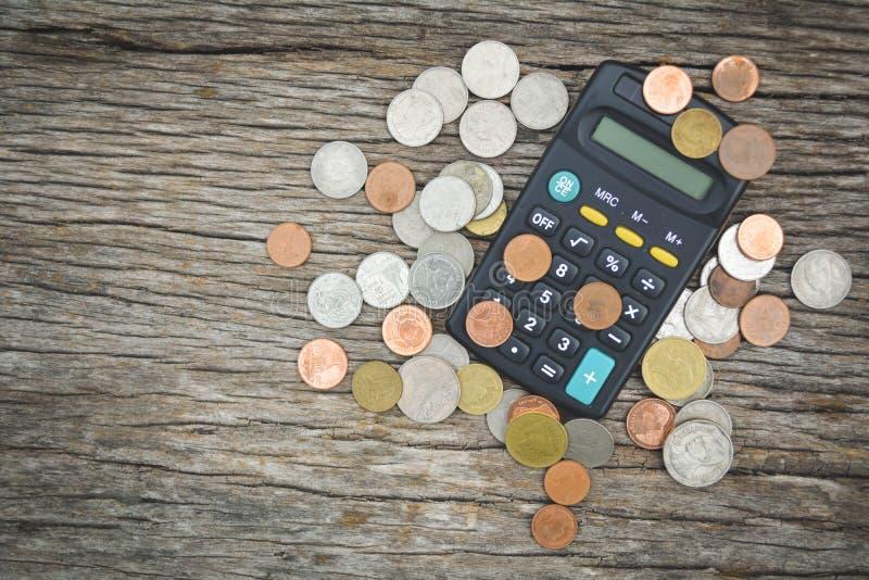 Ciérrese encima de la calculadora y de la moneda foto de archivo
