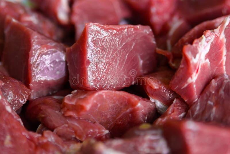 Ciérrese encima de la carne de vaca cruda imagen de archivo