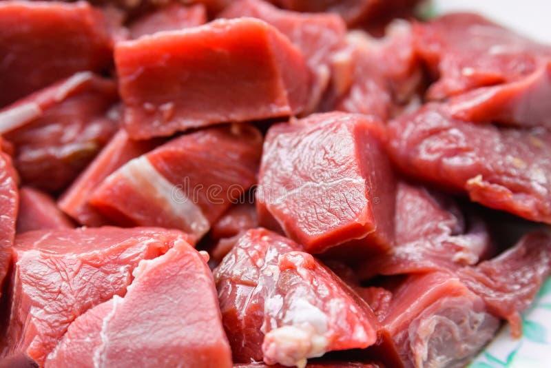 Ciérrese encima de la carne de vaca cruda imagenes de archivo