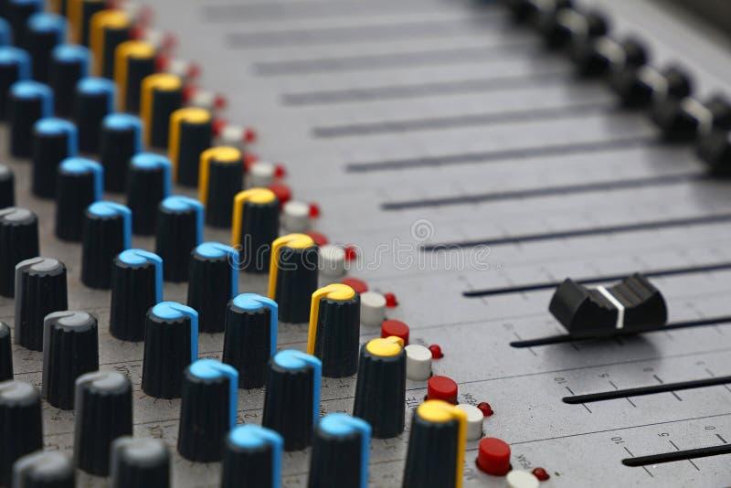 Ciérrese encima de la consola de mezcla sana del control audio fotos de archivo