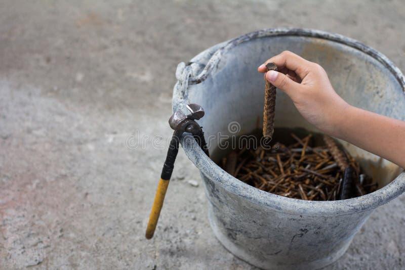 Ciérrese encima de la construcción de trabajo de la mano del niño debido a pobreza VI fotos de archivo