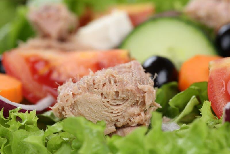 Ciérrese encima de la ensalada de atún con los tomates y las aceitunas imágenes de archivo libres de regalías