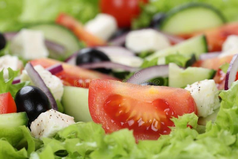 Ciérrese encima de la ensalada griega con los tomates, el queso feta y las aceitunas imagen de archivo libre de regalías