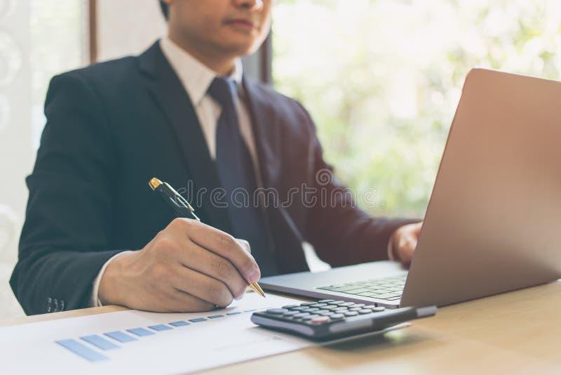 Ciérrese encima de la escritura moderna del hombre de negocios en el papel de carta en documentos de negocio del diagrama financi imágenes de archivo libres de regalías