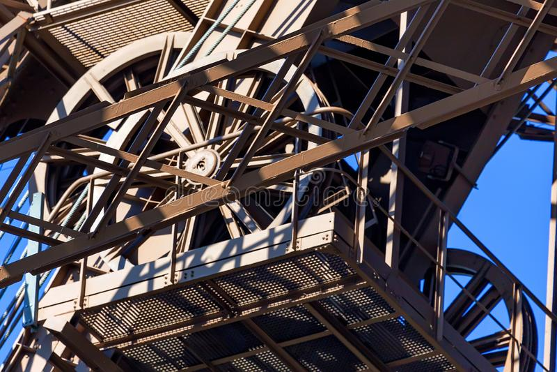 Ciérrese encima de la estructura del metal de la torre Eiffel imagen de archivo