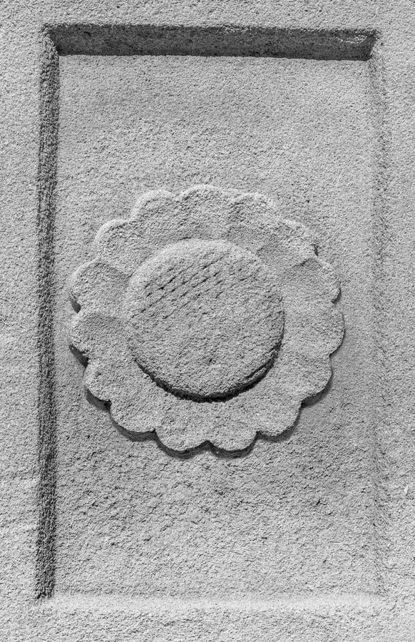 Ciérrese encima de la flor, paredes de piedra talladas Extracto fotos de archivo