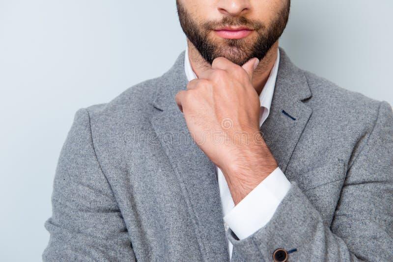 Ciérrese encima de la foto cosechada del hombre joven importado en touchin del formalwear imagen de archivo libre de regalías