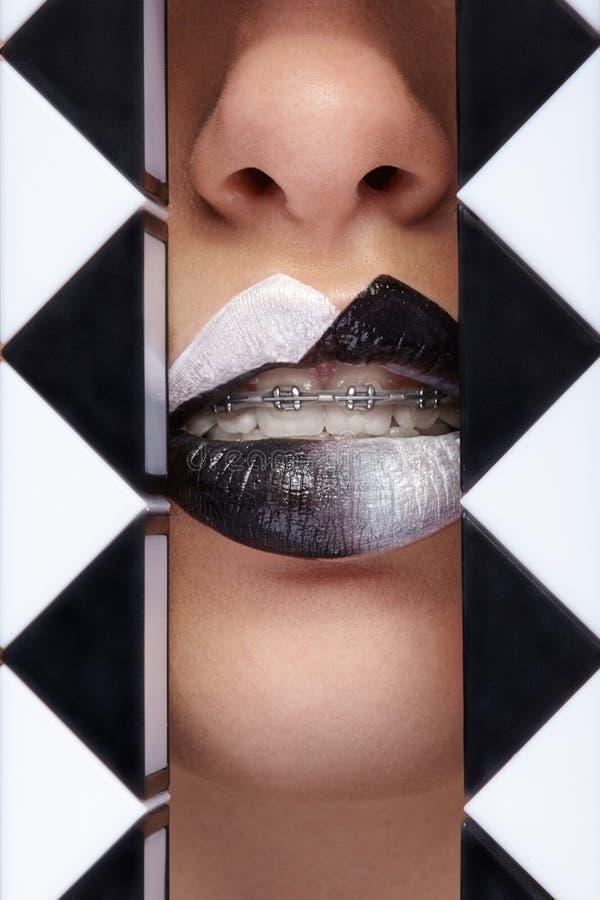 Ciérrese encima de la foto de labios con el lápiz labial blanco y negro fotos de archivo