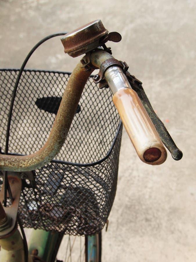 Ciérrese encima de la foto del manillar viejo, sucio y oxidado de la bicicleta imagen de archivo