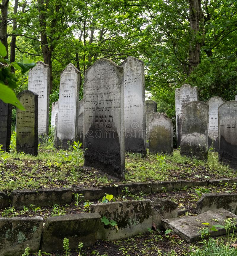 Ciérrese encima de la foto de la piedra sepulcral en el cementerio judío histórico en Brady Street, Whitechapel, Londres del este imágenes de archivo libres de regalías