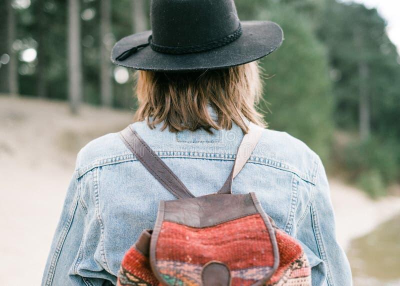 Ciérrese encima de la foto de una chaqueta del dril de algodón en una mujer joven foto de archivo