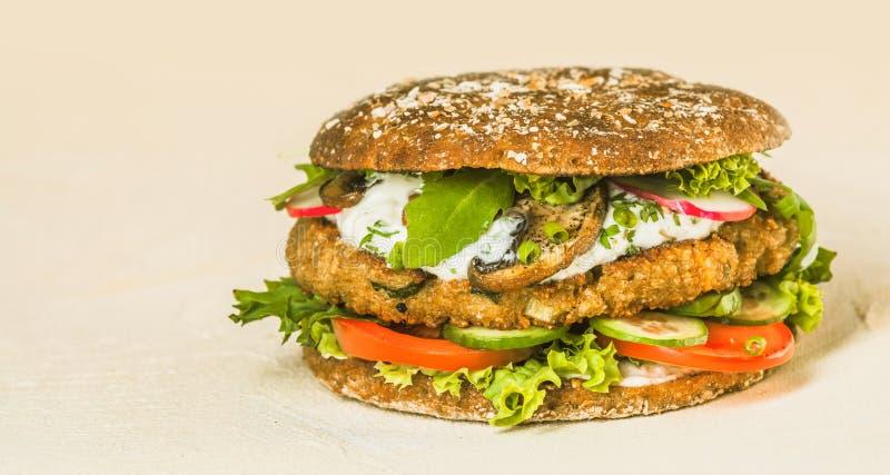 Ciérrese encima de la hamburguesa gastrónoma con Veggies y queso foto de archivo libre de regalías