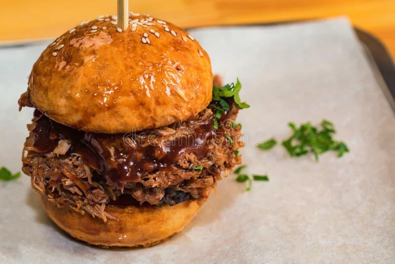 Ciérrese encima de la hamburguesa sabrosa con la carne picadita servida en la bandeja imagen de archivo
