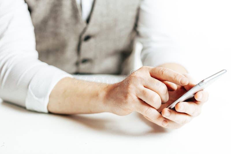 Ciérrese encima de la imagen del hombre de negocios usando un smartphone fotos de archivo libres de regalías