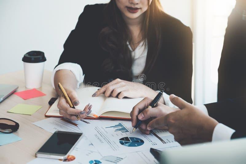 Ciérrese encima de la imagen de los hombres de negocios que analizan negocio de las estadísticas imagen de archivo libre de regalías