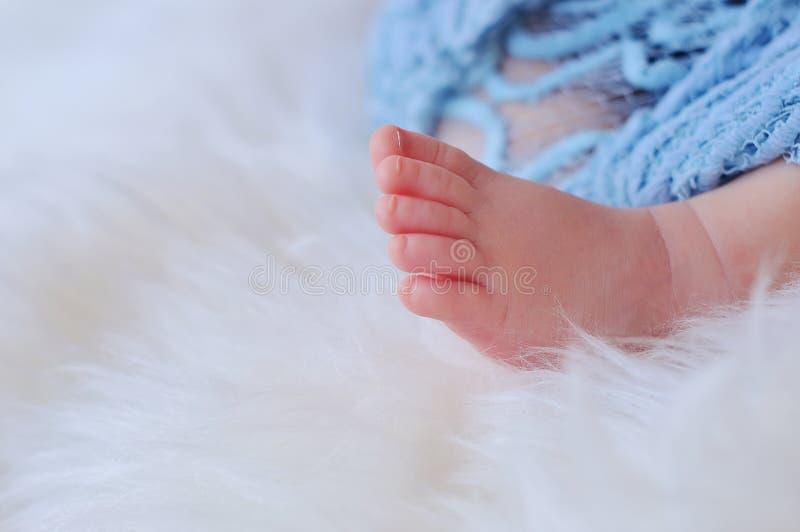 Ciérrese encima de la imagen de los pies minúsculos del bebé fotografía de archivo libre de regalías