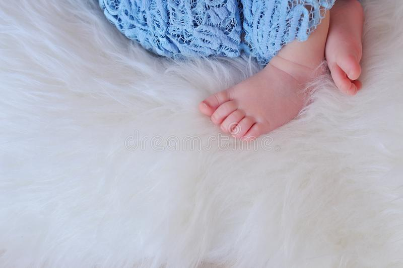 Ciérrese encima de la imagen de los pies recién nacidos del bebé fotografía de archivo
