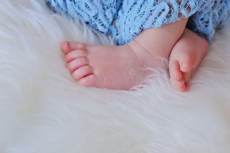 Ciérrese encima de la imagen de los pies recién nacidos del bebé imagen de archivo