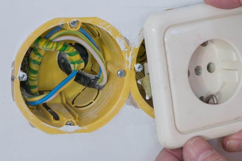 Ciérrese encima de la instalación de sistema de distribución eléctrica en nuevo buil foto de archivo libre de regalías