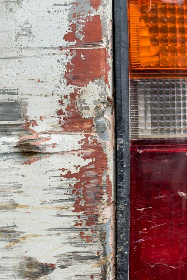 Ciérrese encima de la luz trasera de la vista lateral del coche viejo imagenes de archivo