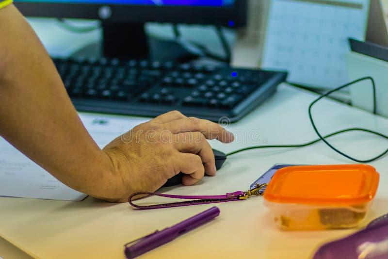 Ciérrese encima de la mano de la Software Engineer en ratón durante progr de la prueba foto de archivo