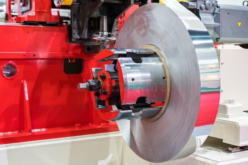 Ciérrese encima de la materia prima de la hoja de metal del rollo para la fuente a la prensa automática de la alta tecnología y d fotos de archivo libres de regalías