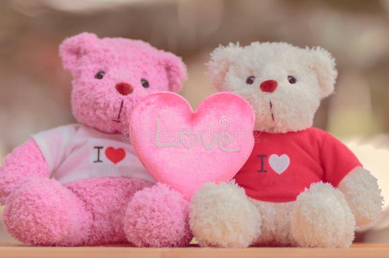Ciérrese encima de la muñeca de dos osos fotografía de archivo libre de regalías