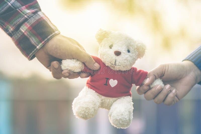 Ciérrese encima de la muñeca de dos osos que se sienta junto foto de archivo libre de regalías