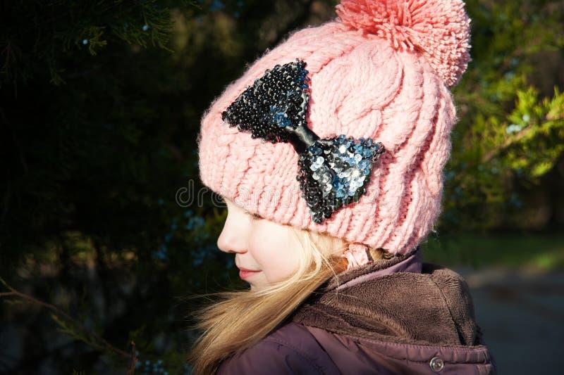 Ciérrese encima de la muchacha bonita que lleva el sombrero hecho a mano rosado fotografía de archivo