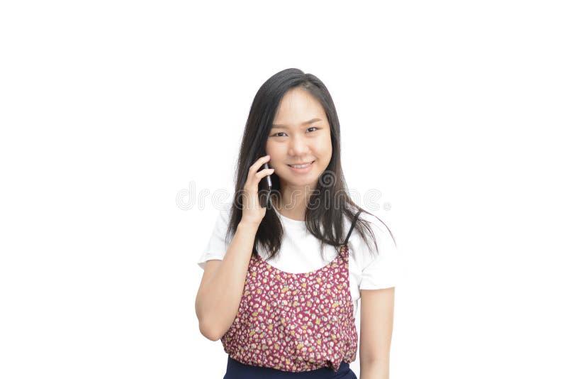 Ciérrese encima de la mujer asiática de la belleza que sonríe y que usa el teléfono móvil imágenes de archivo libres de regalías