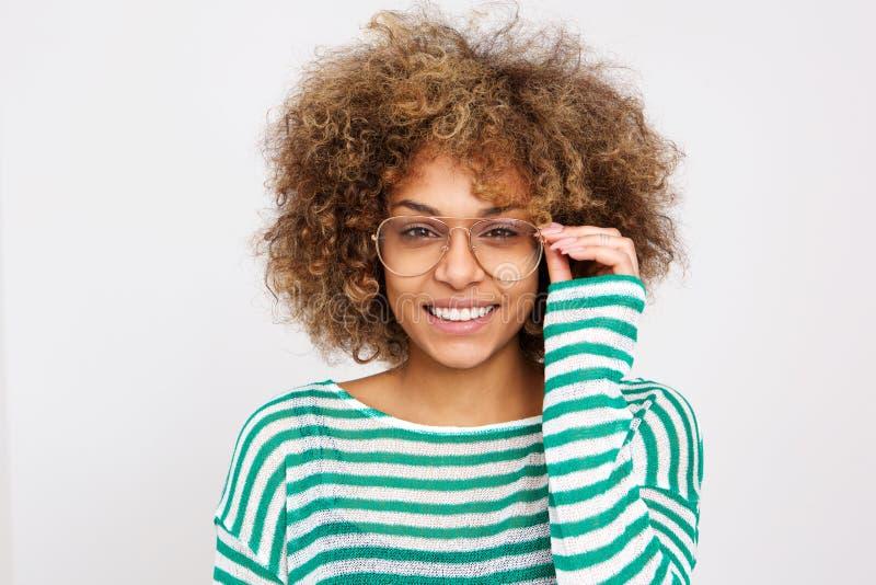 Ciérrese encima de la mujer joven hermosa que sonríe con los vidrios imagenes de archivo