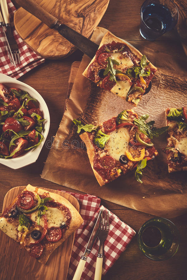 Ciérrese encima de la opinión del top abajo de la cena de la pizza imagen de archivo libre de regalías