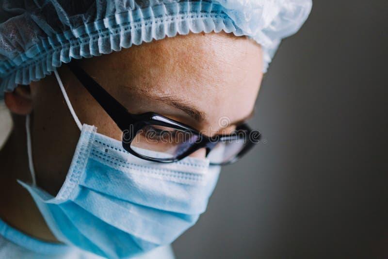 Ciérrese encima de la opinión el científico en máscara fotografía de archivo