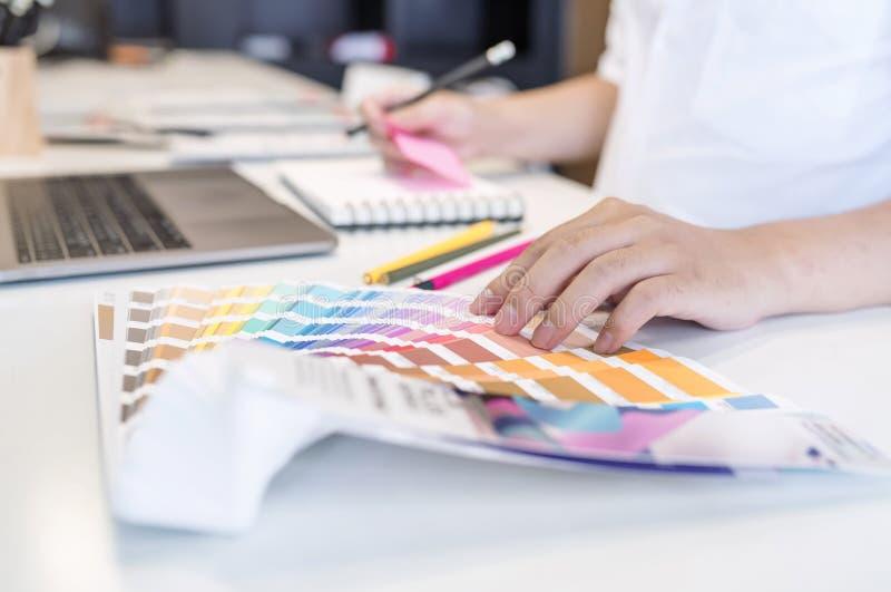 Ciérrese encima de la opinión el diseñador de sexo masculino que señala en muestra de la sombra del color fotos de archivo