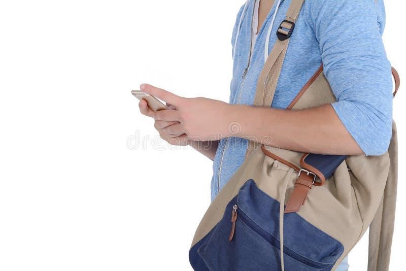 Ciérrese encima de la opinión el hombre con la mochila y el smartphone foto de archivo