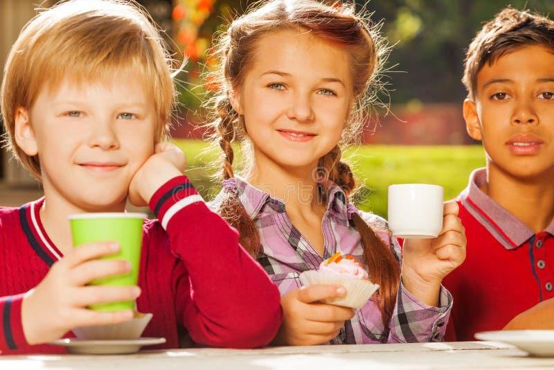 Ciérrese encima de la opinión los niños internacionales que beben té imágenes de archivo libres de regalías