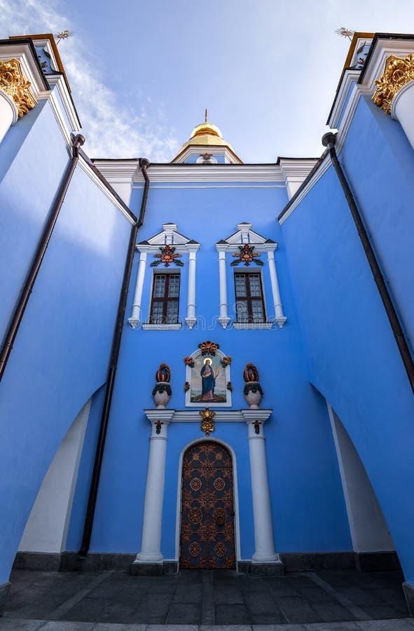 Ciérrese encima de la opinión sobre monasterio abovedado de oro del ` s de San Miguel en Kiev, Ucrania Catedral antigua del De or imagen de archivo libre de regalías
